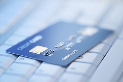 Kreditkarte auf Tastatur